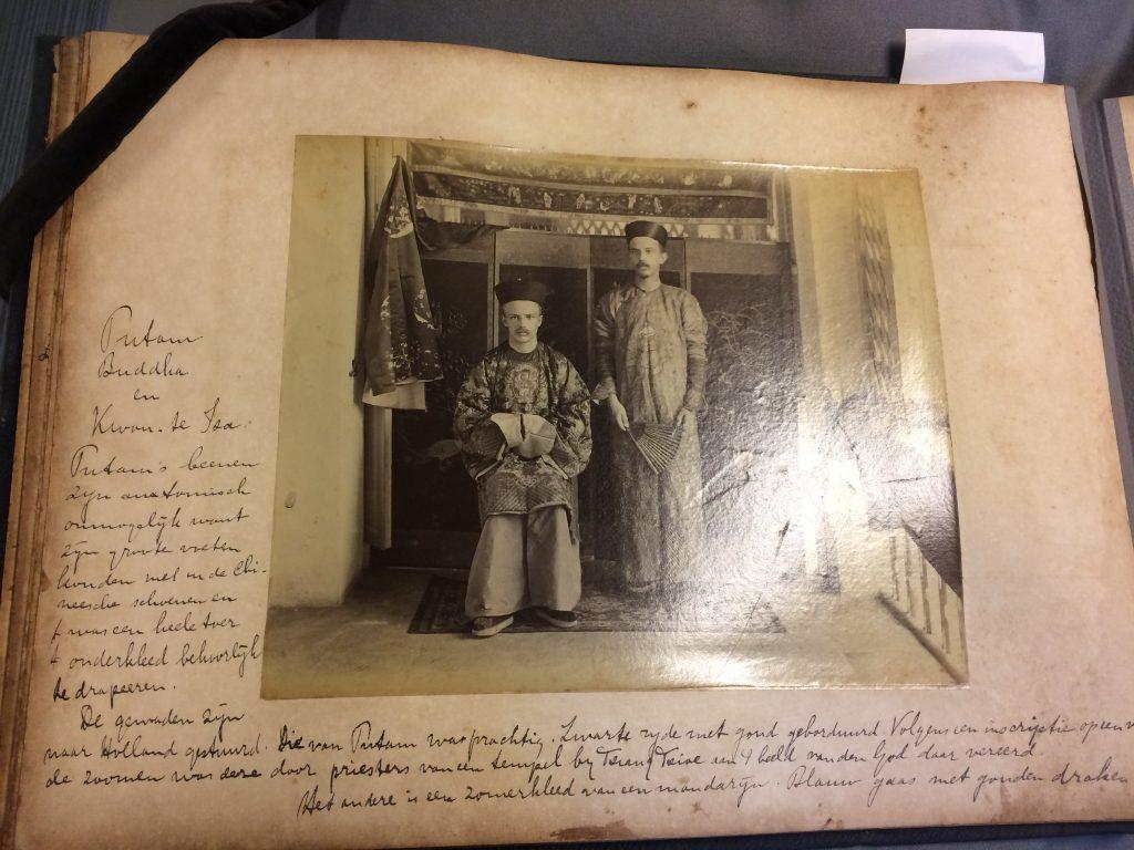 Twee mannen in Chinese gewaden met onderschrift door koeliehandelaar