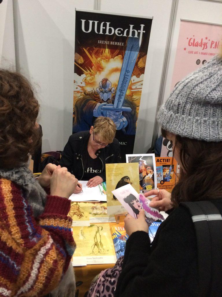 Comic-con Irene Berbée signeert stripalbum Ulfberht voor fans