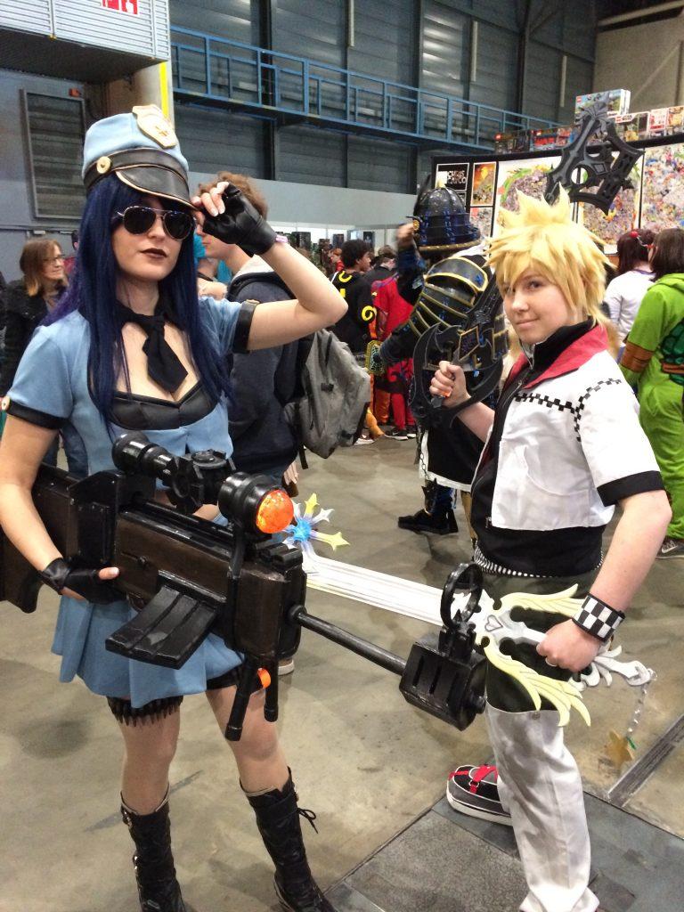 Comic-con mitrailleur en zwaard met vrouwen