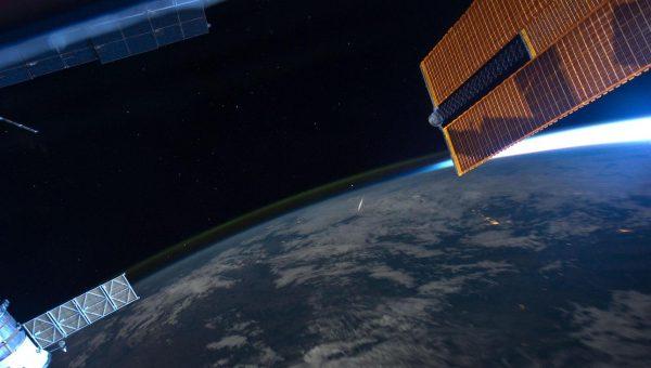 Een meteoor van de Perseidenzwerm gefotografeerd vanuit het ISS